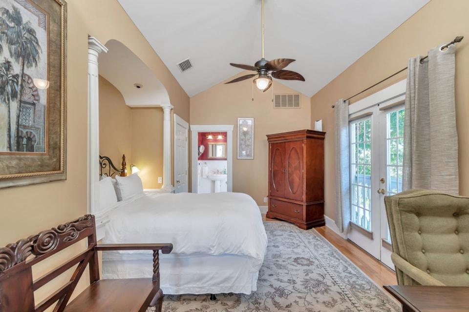 Apt B Queen Suites - Bay Street Inn - bed and breakfast st petersburg