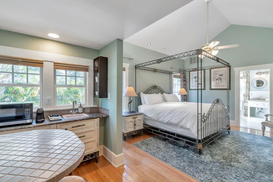 Apt A Kings Suites - Bay Street Inn - best hotels in st petersburg florida