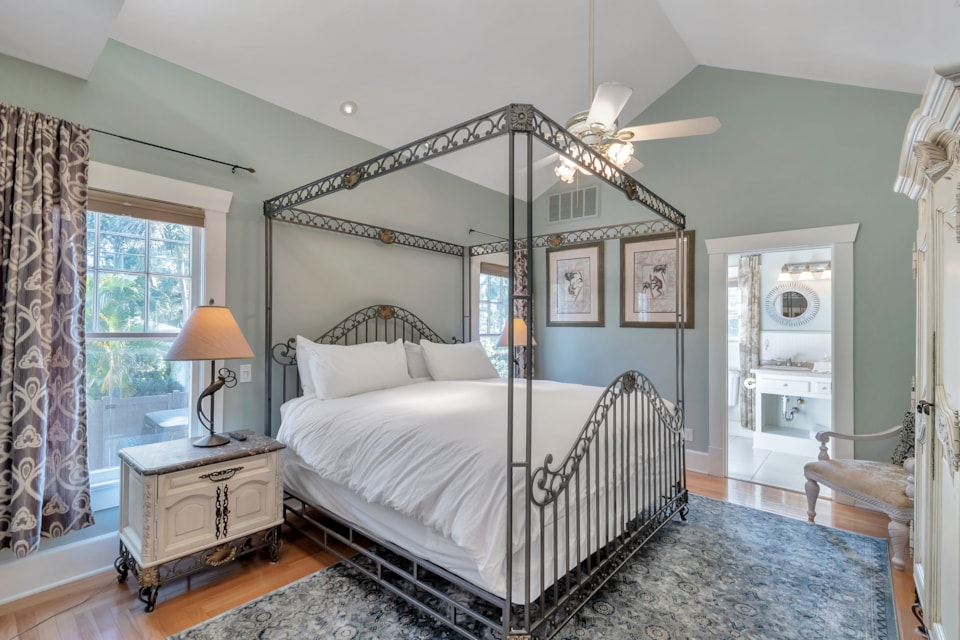 Apt A Kings Suites - Bay Street Inn - bed and breakfast st petersburg fl